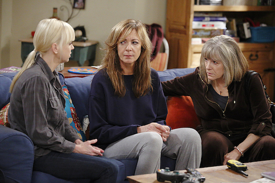 """Three Smiles and an Unpainted Ceiling"" -- Christy (Anna Faris, left) and Marjorie (Mimi Kennedy, right) try to comfort Bonnie (Allison Janney, center) after an unexpected death rocks the Plunkett household, on MOM, Thursday, January 22 (8:30-9:00 PM, ET/PT) on the CBS Television Network. Photo: Trae Patton/Warner Bros. Entertainment Inc. © 2014 WBEI. All rights reserved."